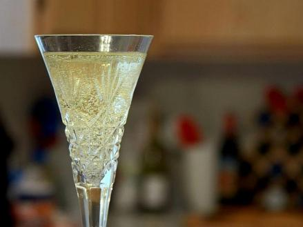 champagne-flutes-glasses-bubbles-725x544