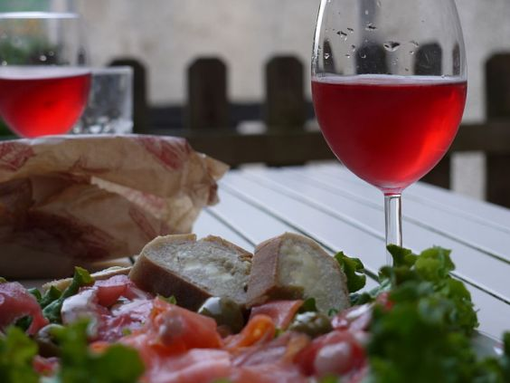 800px-Lunch_and_a_glass_of_rose
